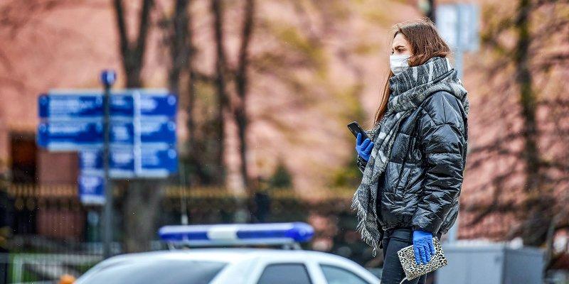 Москвичи обязаны носить маски и перчатки в общественных местах